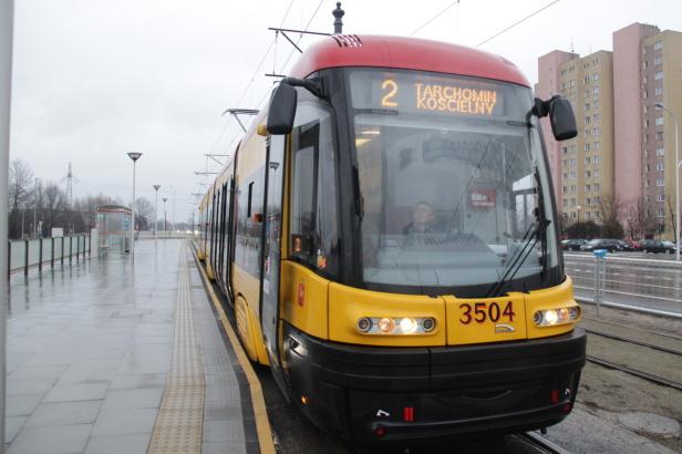 Varšavská tramvaj na lince č. 2 jede po nové tramvajové trati ve směru Tarchomin Kościelny 24.12.2014.